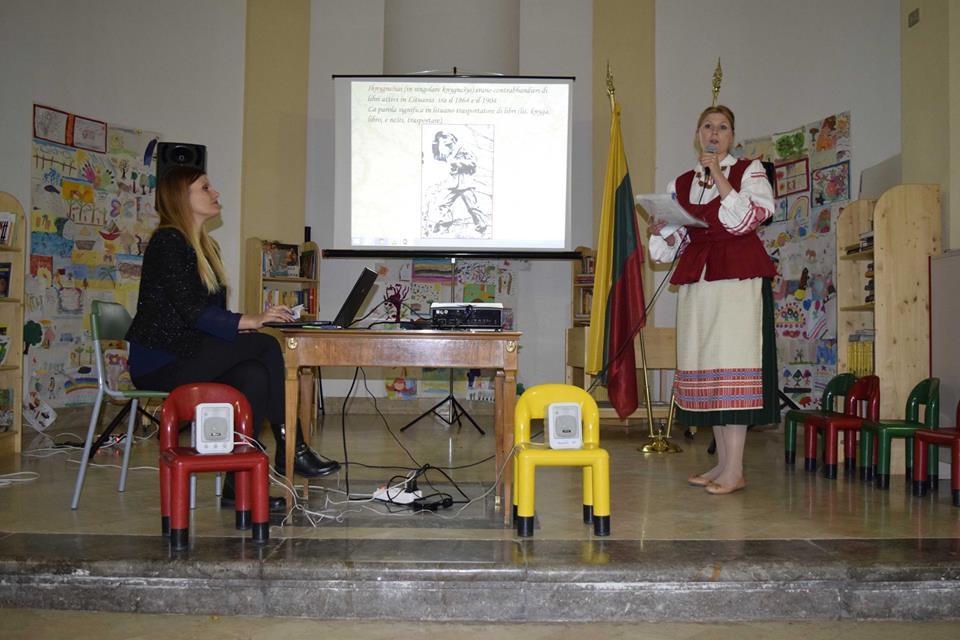 Žana Vaštakaitė (dešinėje) Palermo Balate bibliotekoje. A. Buckutės nuotr.