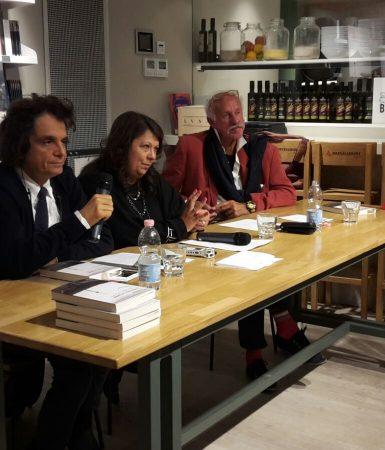 G.Sapožnikova Milano Mondadori knygyne pristato  Lietuvos istoriją iškraipančią knygą