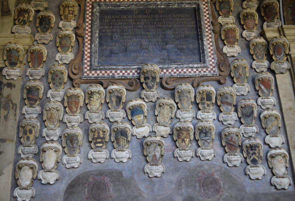 Ant Archiginnasio rūmų sienų galima rasti ir Bolonijos universitete studijavusių Lietuvos Didžiosios kunigaikštystės didikų herbų. G. Jasinsko nuotr.