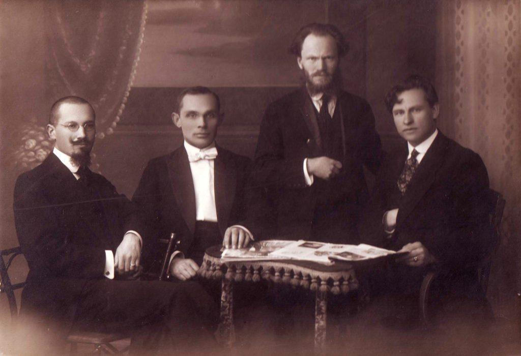 S. Šilingas 1920 m. sostinėje Kaune su kitais Operos vaidyklos steigėjais J. Žilevičiumi, J. Tallat-Kelpša, K. Petrausku. Kauno muziejaus svetainės nuotr.
