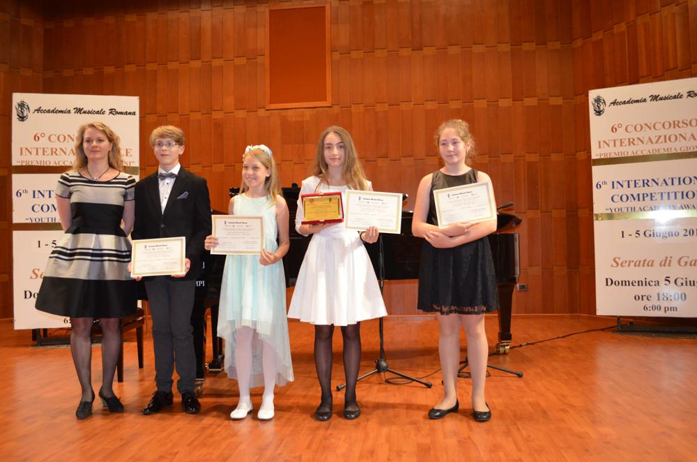 Iš kairės žiuri pirmininkė Nijolė Dorotėja Beniušytė, lietuviai, konkurso laureatai Kasparas Vincentas Mičiūnas, Snaigė Lukoševičiūtė, Rugilė Melytė, Schedler Sophie.