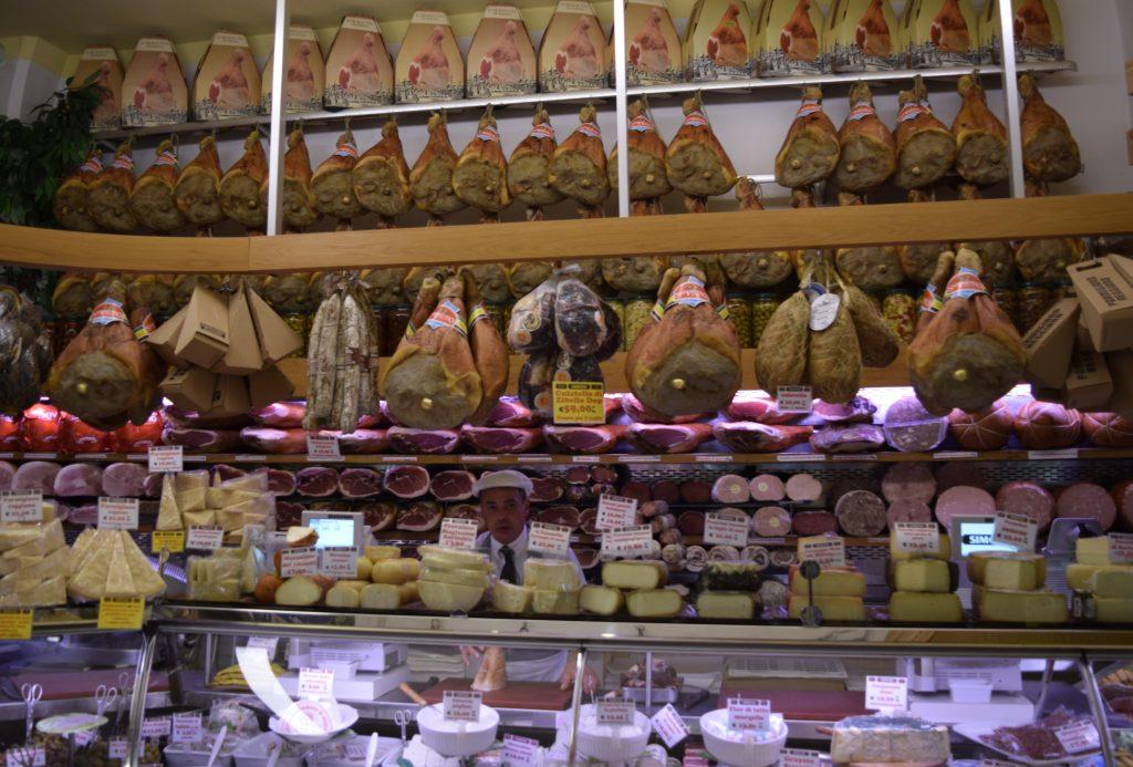 Parmos kumpiai, dešra mortadela, parmidžiano sūriai ir kitų vietinių delikatesų krautuvėlė Bolonijos centre. G. Jasinsko nuotr.